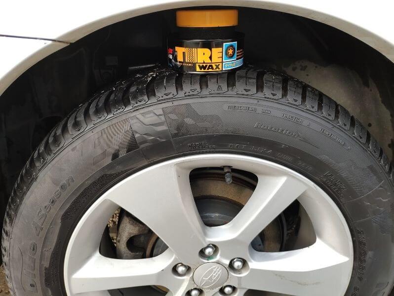 Tire Wax aplikovaný na pneu