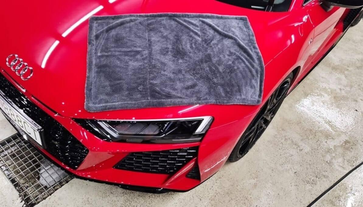 Audi R8 sušenie pomocu mikrovláknového uteráku Black Hole XL od Liquid Elements