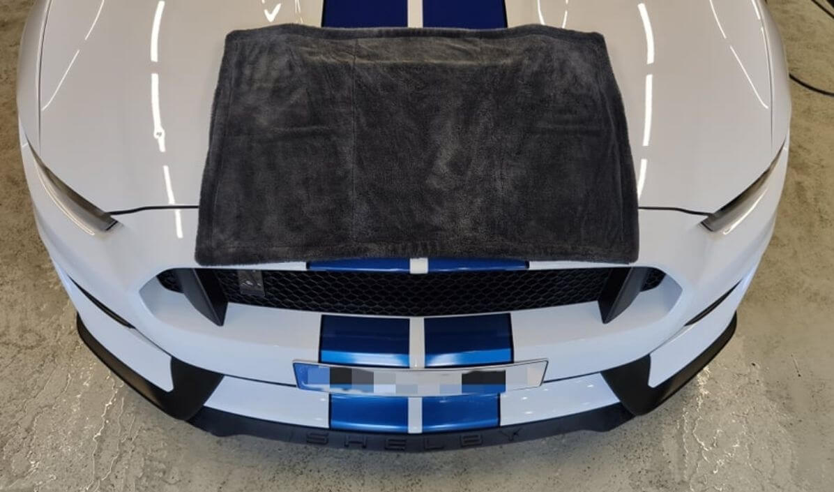 Ford Mustang sušenie pomocu mikrovláknového uteráku Black Hole XL od Liquid Elements